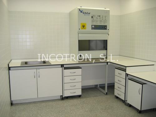 mesa con vitrinas extractoras gases laboratorios